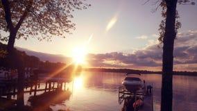 Solnedgång över sjön i sommaren Fotografering för Bildbyråer