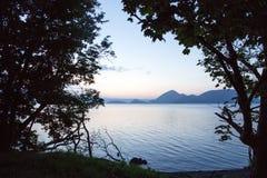 Solnedgång över sjön Koya i Hokkaido, Japan royaltyfria foton