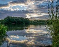 Solnedgång över sjön nära Guildford Royaltyfria Bilder