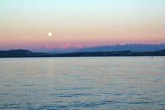 Solnedgång över sjön Neuchatel, Schweiz Royaltyfria Foton