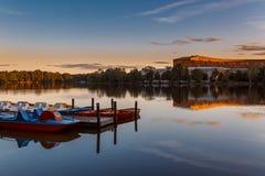Solnedgång över sjön - Nuremberg, Bayern royaltyfria bilder
