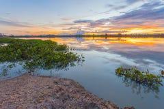Solnedgång över sjön på bygd Royaltyfri Fotografi