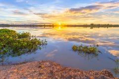 Solnedgång över sjön på bygd Fotografering för Bildbyråer