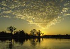 Solnedgång över sjön på Wisley, Surrey Royaltyfria Foton