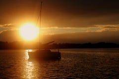 Solnedgång över sjön Powidz i Polen Arkivbilder