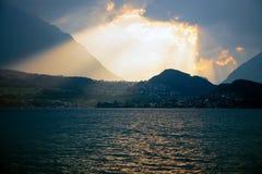 Solnedgång över sjön Thun, Schweiz Arkivbild