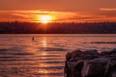 Solnedgång över sjön Washington arkivbilder