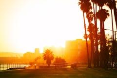 Solnedgång över sjösidan av Long Beach, Kalifornien Royaltyfri Bild