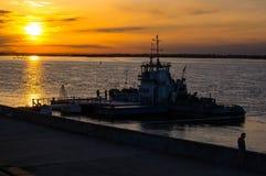 Solnedgång över skeppsdockan royaltyfri foto