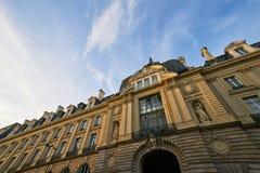 Solnedgång över slott av Kommers Palais du Kommers som lokaliseras i t Arkivbild
