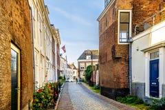 Solnedgång över smala gator i den historiska staden av Middelburg royaltyfri foto