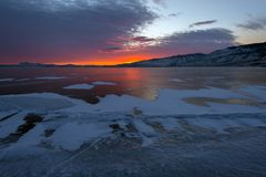 Solnedgång över sprickaBaikal is Royaltyfri Bild