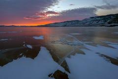 Solnedgång över sprickaBaikal is Arkivbild