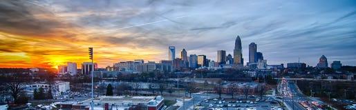 Solnedgång över stad av charlotte Arkivfoton