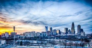 Solnedgång över stad av charlotte Arkivbild