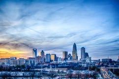 Solnedgång över stad av charlotte Arkivfoto
