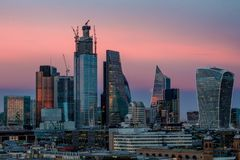 Solnedgång över staden av London arkivfoto