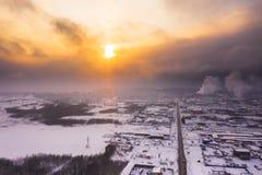 Solnedgång över staden i vinter fotografering för bildbyråer