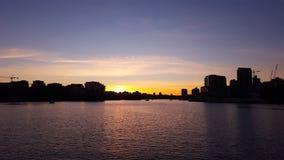 Solnedgång över staden på hamnen Royaltyfri Bild