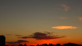 Solnedgång över staden, timelapse, glidbana stock video