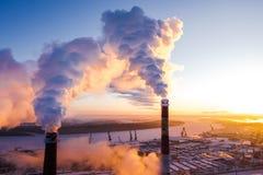 Solnedgång över stadens industriområde i vinter arkivfoto