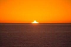 Solnedgång över Stilla havet på stora Sur Arkivfoto