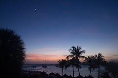 Solnedgång över stranden i Aruba Royaltyfri Bild