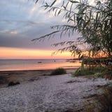 Solnedgång över stranden i Polen Arkivfoton