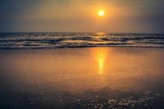 Solnedgång över stranden och det tropiska havet Indien Arkivfoton
