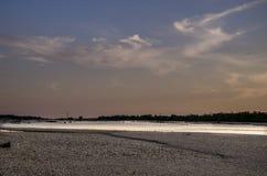 Solnedgång över tagliamentofloden arkivbilder