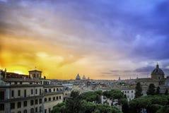 Solnedgång över taken av Rome Arkivbild