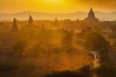 Solnedgång över tempel av Bagan Royaltyfri Foto