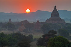 Solnedgång över tempel av Bagan Royaltyfria Bilder