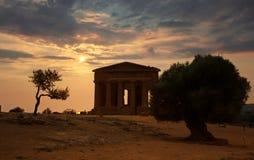 Solnedgång över templet av Concordia, Agrigento, UNESCOvärldsarv, Sicilien i Italien Arkivbild