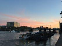 Solnedgång över Themsen Royaltyfri Bild