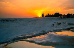 Solnedgång över travertinesna av Pamukkale, Turkiet Arkivfoton