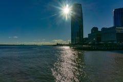 Solnedgång över utbytesställe i Jersey City, NJ med reflexionsnolla royaltyfri fotografi