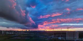 Solnedgång över utkanten av staden Royaltyfri Fotografi