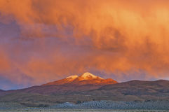 Solnedgång över Uturuncuen Vulcano Fotografering för Bildbyråer