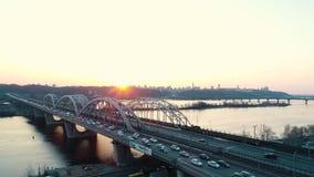 Solnedgång över vägbron i Kiev lager videofilmer