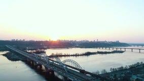 Solnedgång över vägbron i Kyiv lager videofilmer