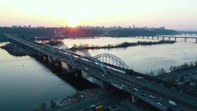 Solnedgång över vägbron i stad lager videofilmer