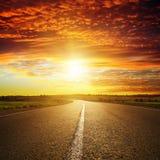 Solnedgång över vägen Royaltyfri Bild