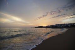 Solnedgång över vågorna Moln och ljusa färger av aftonhimlen Orange röda azurer royaltyfri foto