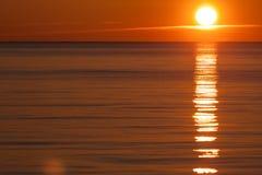 Solnedgång över vatten Royaltyfria Foton