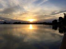 Solnedgång över vatten - oavgjord storm Arkivbilder