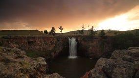 Solnedgång över vattenfallet Ulaan Tsutgalan, Mongoliet lager videofilmer