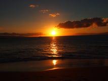 Solnedgång över vattnet av Maui royaltyfri bild