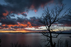 Solnedgång över Yellowstone laken arkivbilder