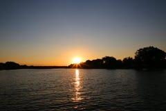 Solnedgång över Zambezi River royaltyfri bild